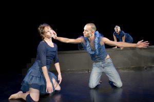 Koreografi av Wies Markx med Dansstationens TurnŽkompani. PŒ bilden: Emelie GarmŽn, Alexandra Gšransson och Jonathan Sikell